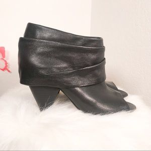 Vince Camuto Size 6.5 Black Leather Bootie